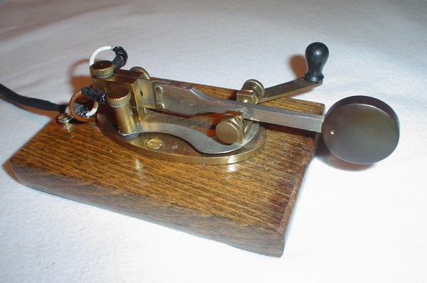 PA3CLQ's Bunnell Double Speed Key on wooden base, click to enlarge picture.